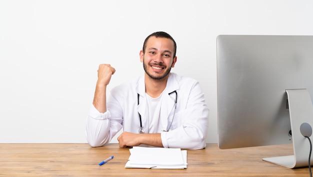 Dottore colombiano che punta a lato per presentare un prodotto