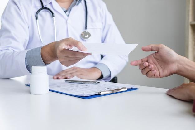 Dottore compilando un modulo di anamnesi consultando il paziente e raccomandando il trattamento