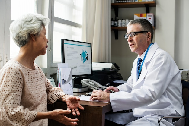 Dottore con un paziente