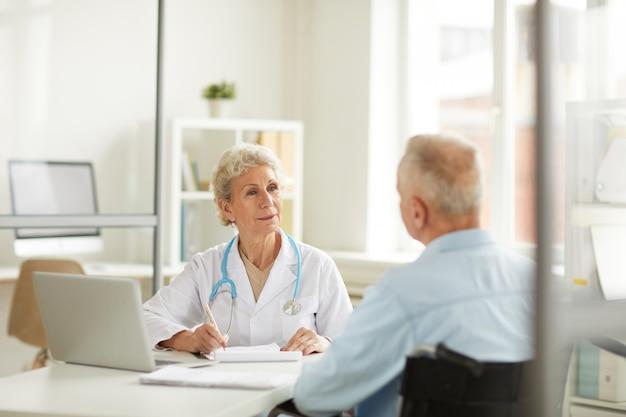 Dottore consulting senior patient