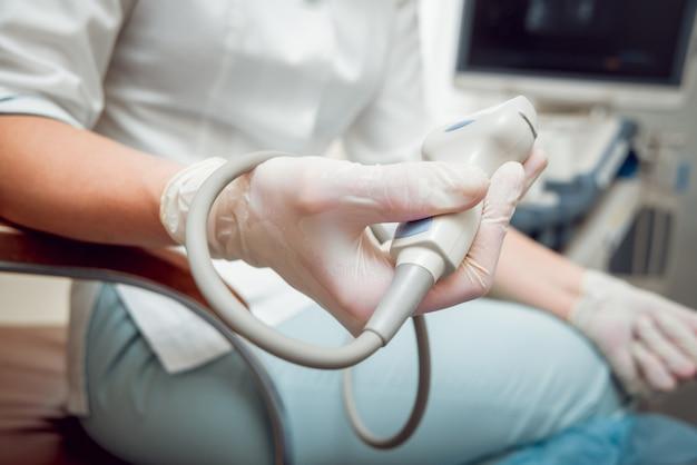 Dottore e paziente. ultrasuoni diagnostica e ecografia