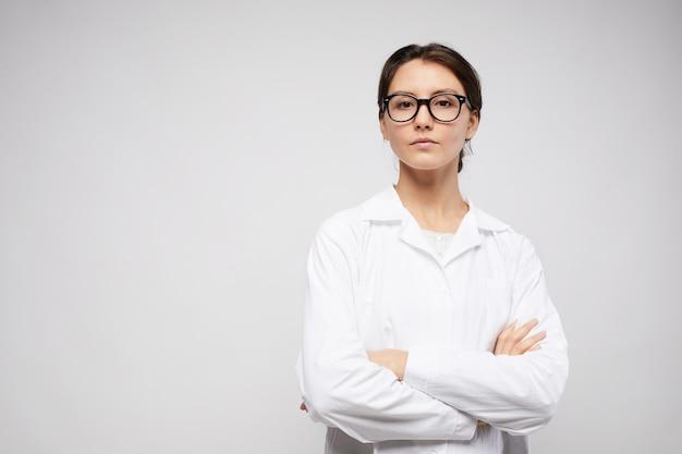 Dottore femminile in posa su bianco