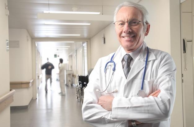 Dottore in un ospedale