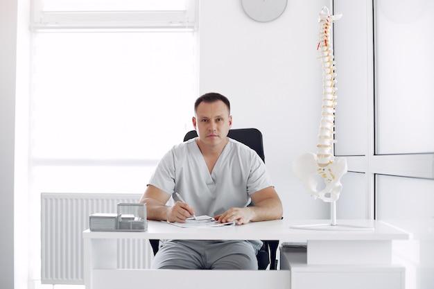Dottore in uniforme bianca in ufficio