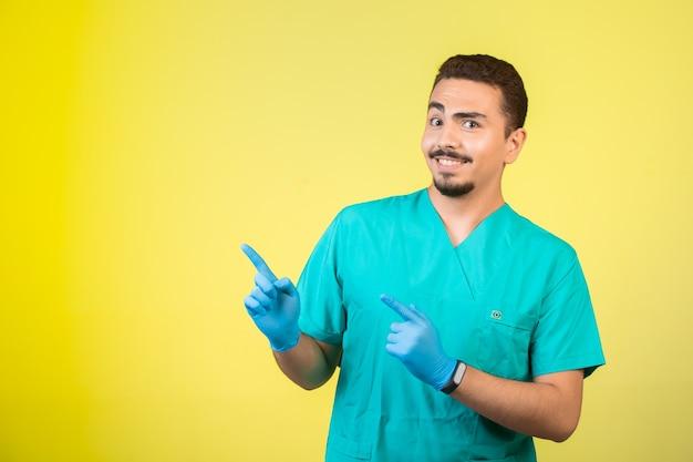 Dottore in uniforme e maschera per le mani che introduce qualcosa sopra.