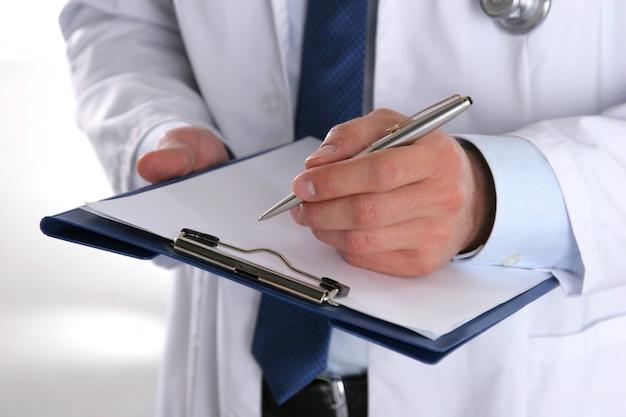 Dottore maschio in piedi con la cartella,