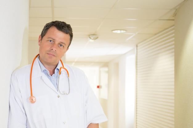Dottore maturo in corridoio dell'ospedale