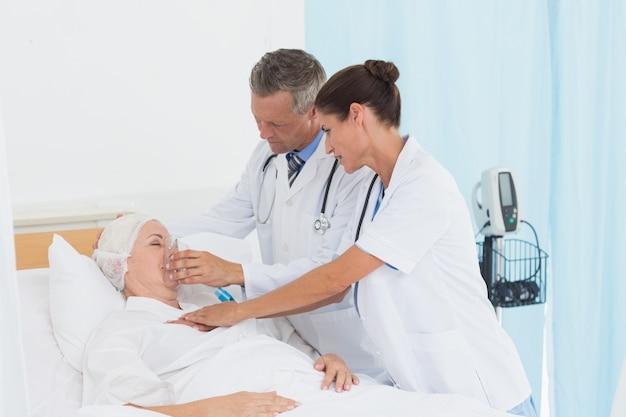 Dottore mettendo una maschera di ossigeno
