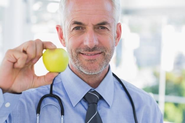 Dottore mostrando una mela