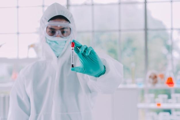 Dottore ricerca del vaccino corona virus, dottore analizzando microscopio in laboratorio ospedale