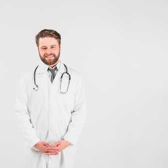 Dottore sorridendo e guardando la telecamera