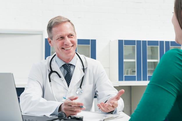 Dottore tendente ad un paziente