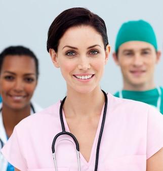 Dottoressa in piedi davanti alla sua squadra