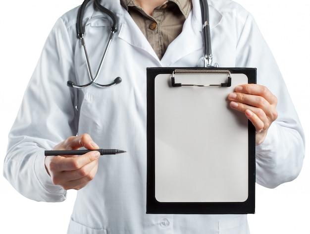 Dottoressa in uniforme tenendo appunti