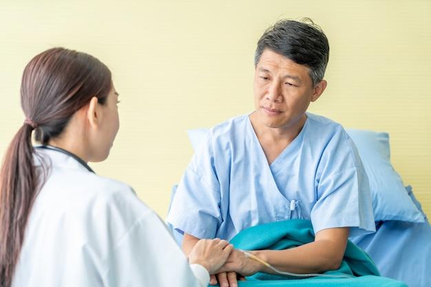 Dottoressa rassicurante sulla sua mano paziente senior