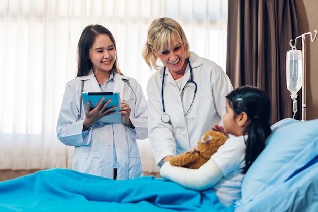 Dottoresse che parlano con il piccolo paziente