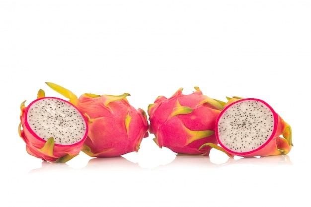 Dragon fruit isolato su sfondo bianco