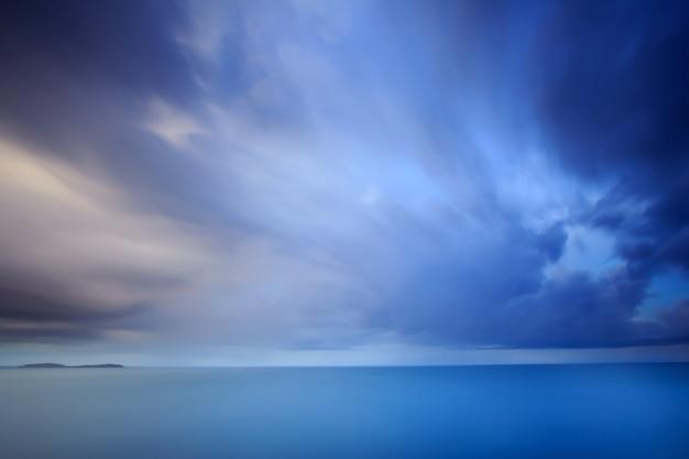 Drammatica nuvola e cielo al crepuscolo. lunga esposizione tecnica
