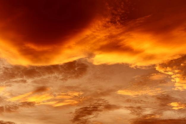 Drammatico cielo al tramonto o all'alba colorato di rosso e arancione cielo sopra e nuvola bella multicolore ardente