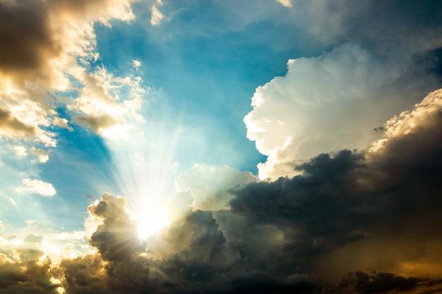 Drammatico cielo mattutino con nuvole di pioggia scure