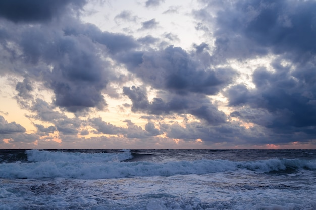 Drammatico tramonto sul mare in tempesta