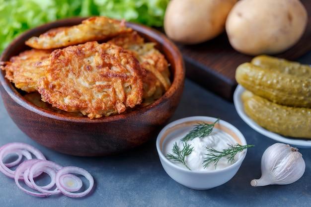 Draniki, frittelle di patate. frittelle di patate si trovano su un piatto.