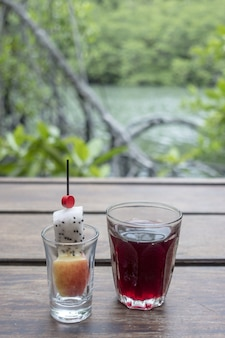 Drink di benvenuto, bibita sul pavimento di legno