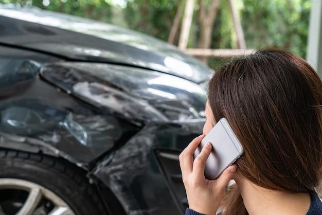 Driver sollecitato che si siede al bordo della strada dopo l'incidente di traffico