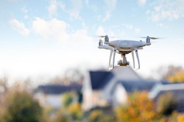 Drone che vola davanti a casa
