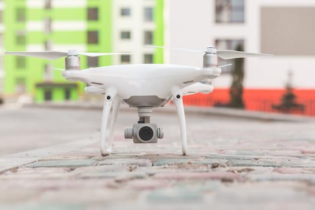Drone con macchina fotografica che vola sul cantiere