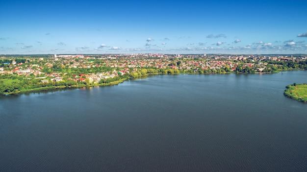 Drone con una macchina fotografica, bellissimo piccolo fiume estivo da un'altezza