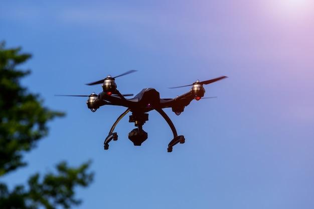 Drone o uav volare sopra la testa nel cielo blu