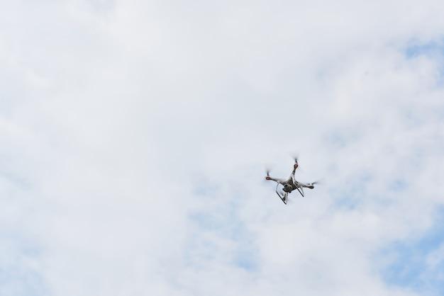 Drone quad elicottero con fotocamera digitale ad alta risoluzione sul cielo.