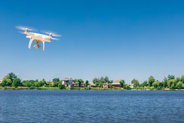 Drone quad elicottero sopra la spiaggia