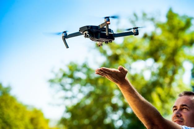 Drone quadricottero con fotocamera digitale