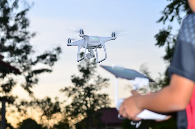 Drone volare davanti al controllo degli alberi da remoto.