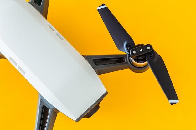Droni con piccolo bianco.