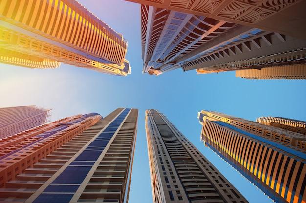 Dubai, emirati arabi uniti - 30 novembre 2013: grattacieli su uno sfondo di cielo nel porticciolo turistico di dubai