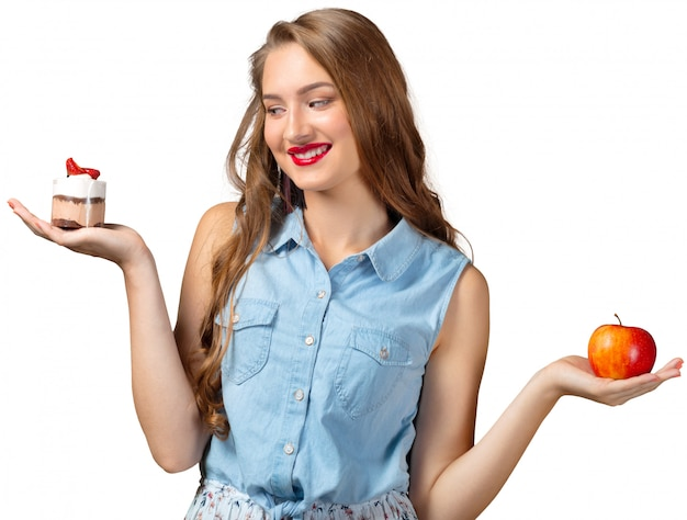 Dubbio della donna con cibo sano e malsano