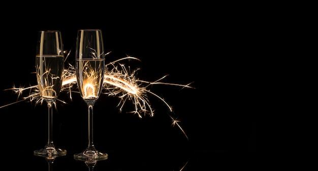 Due alti bicchieri di champagne alle luci del bengala
