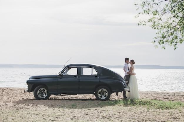 Due amanti stanno sul lago