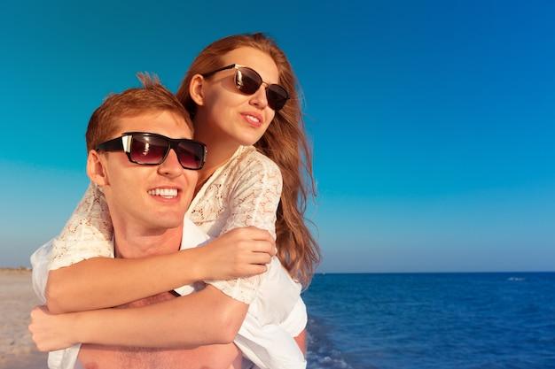 Due amanti sulla spiaggia