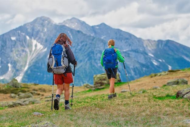 Due amiche durante un'escursione in montagna