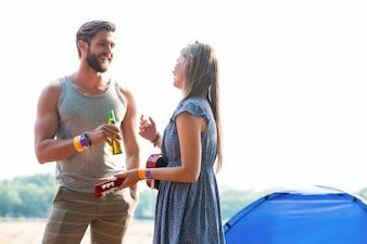 Due amici che chiacchierano nel campeggio