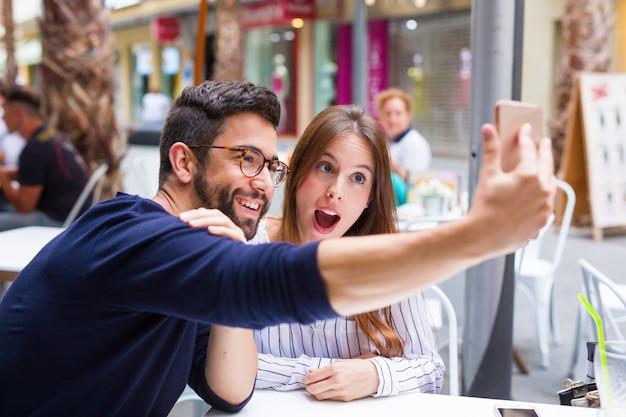 Due amici che prendono una foto sulla barra