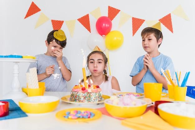Due amici festeggiano il compleanno del loro amico a casa