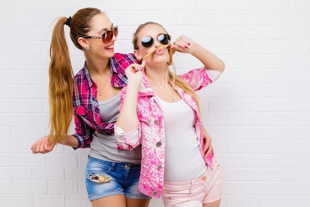 Due amici in posa. vita bassa sexy moderna e alla moda gi