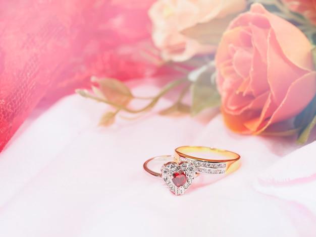 Due anelli con fiore rosa per il matrimonio