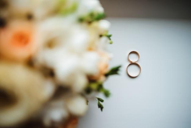 Due anelli di nozze d'oro con un bouquet