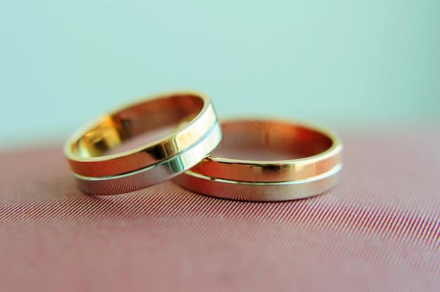 Due anelli di nozze d'oro in sfondo sfocato